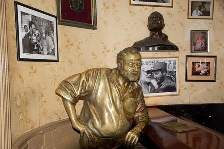 Estatua de Ernst Hemingway en el Bar Restaurante Floridita